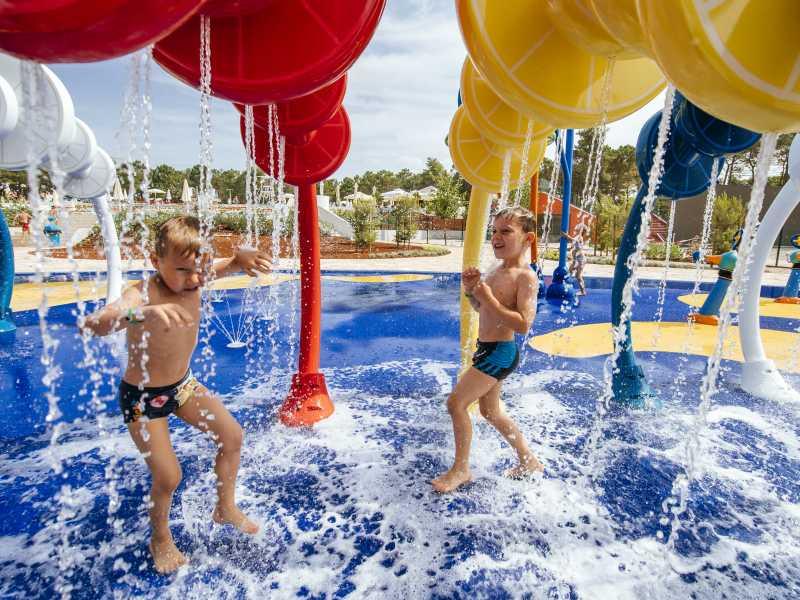 Zaton Holiday Resort spelende kinderen in het zwembad