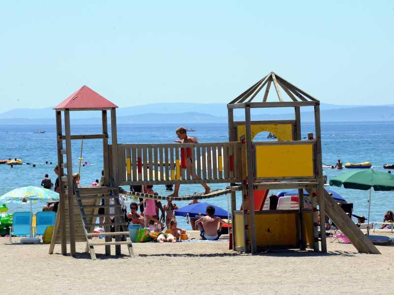 Zaton Holiday Resort spelende kinderen speeltuin op het strand