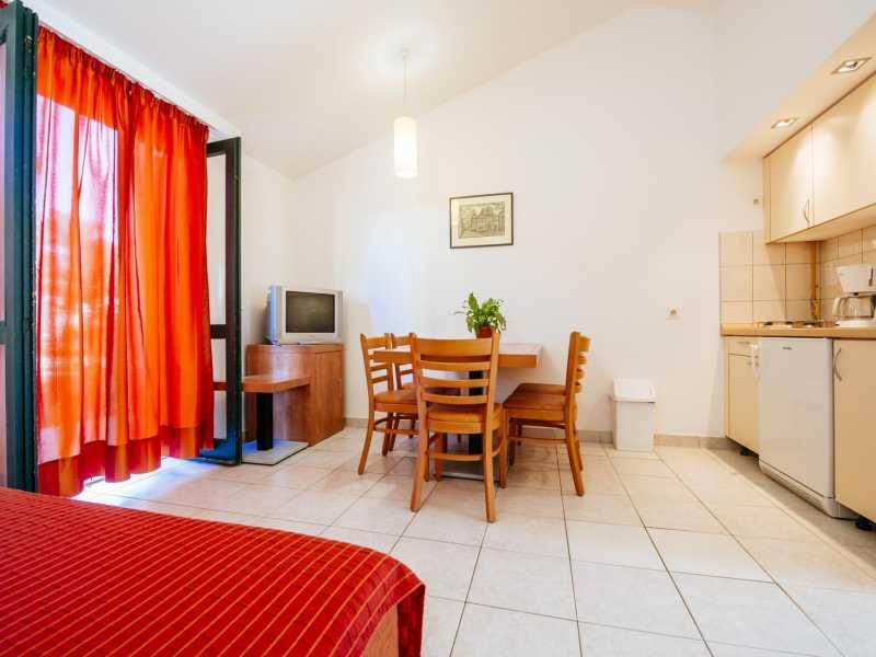 Zaton Holiday Resort appartement AP5 3 sterren keuken en eetgedeelte