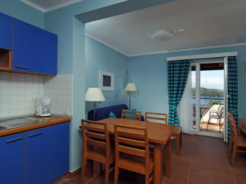 Naturistenresort Koversada appartementen keuken en eetgedeelte