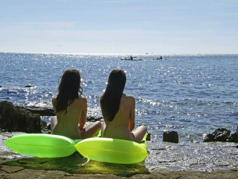 Naturistenresort Koversada strand en zee