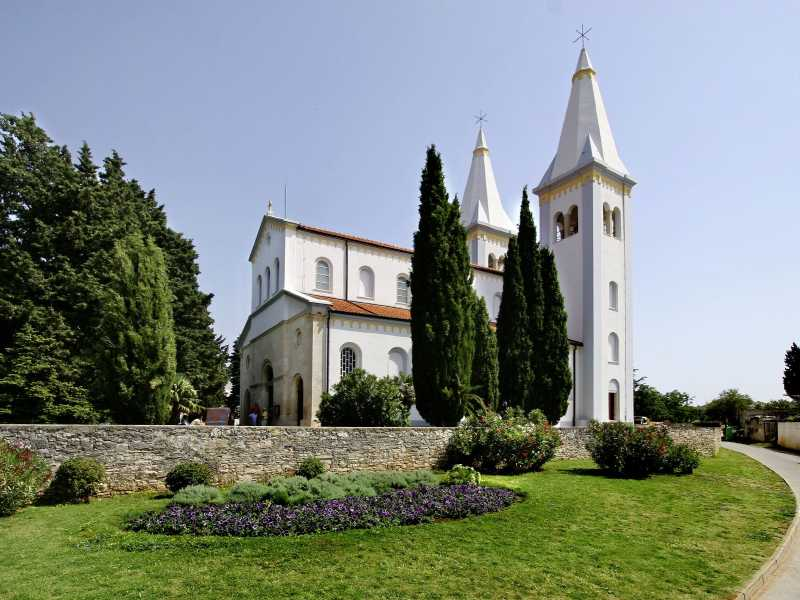 De kerk van St. Agnes met zijn twee witte beltorens in de Kroatische stad Medulin