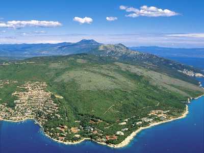 De kust lijn van de Kroatische stad Rabac